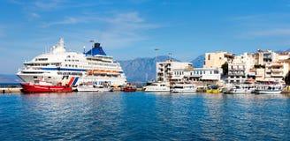 Statek wycieczkowy i łodzie w porcie Agios Nikolaos, Crete, Gree Zdjęcia Royalty Free