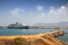 Statek wycieczkowy jest w morskiej zatoce na wyspie Zdjęcia Royalty Free