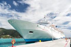 Statek wycieczkowy lub liniowiec przy cumowaniem w porcie morskim Fotografia Stock