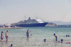 Statek wycieczkowy na doku przy wyspą Aegina 2 Obrazy Stock