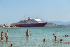 Statek wycieczkowy na doku przy wyspą Aegina 3 Obrazy Royalty Free