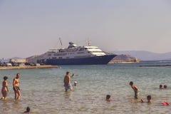 Statek wycieczkowy na doku przy wyspą Aegina 2 Obrazy Royalty Free