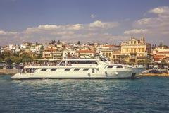 Statek wycieczkowy na doku z turystami 4 Zdjęcie Royalty Free
