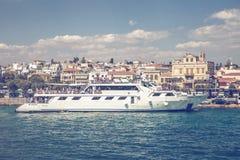 Statek wycieczkowy na doku z turystami 2 Fotografia Royalty Free
