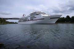 Statek wycieczkowy na Kiel kanale - Levensauer wysokości most zdjęcia royalty free
