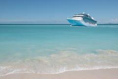 Statek wycieczkowy na pięknym morzu karaibskim Zdjęcia Royalty Free