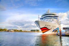 statek wycieczkowy od AIDA kłama w warnemuende, Germany schronienia/ Obraz Stock