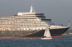Statek wycieczkowy opuszcza port UK Southampton Obrazy Royalty Free