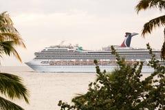 Statek wycieczkowy opuszcza St Thomas Obrazy Royalty Free