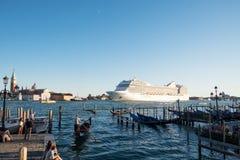 Statek wycieczkowy opuszcza Wenecja, Włochy Zdjęcia Royalty Free