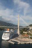 Statek Wycieczkowy Pod zawieszenie mostem obrazy stock