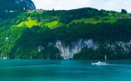 Statek wycieczkowy przed śniegiem zakrywał Alps gór szczyty na Jeziornej lucernie, środkowy Szwajcaria Obraz Royalty Free