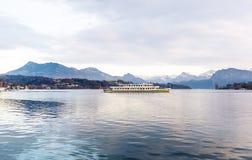 Statek wycieczkowy przed śniegiem zakrywał Alps gór szczyty na Jeziornej lucernie Obrazy Stock