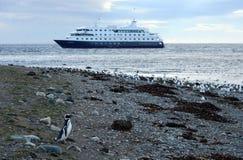 Statek wycieczkowy Przez Australis przy Chilijską wyspą Magdalena Obraz Royalty Free