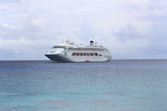 Statek Wycieczkowy przy klaczem Obraz Royalty Free