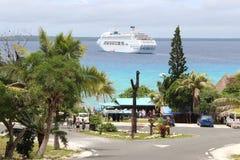 Statek Wycieczkowy przy klaczem Zdjęcia Royalty Free