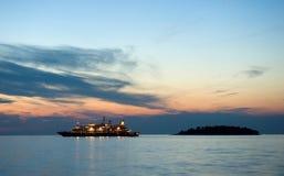 Statek wycieczkowy przy morzem Zdjęcie Royalty Free