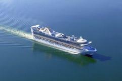 Statek wycieczkowy przy morzem. Zdjęcie Stock