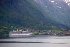 Statek wycieczkowy przy norweskim fjord Fotografia Stock