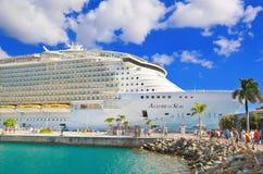 Statek wycieczkowy przy portem Fotografia Royalty Free