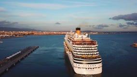 Statek wycieczkowy przy schronieniem zapas Widok z lotu ptaka piękny wielki biały statek przy zmierzchem Kolorowy krajobraz z łod zdjęcie wideo