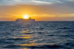 Statek wycieczkowy przy zmierzchem zdjęcie stock