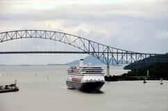 Statek wycieczkowy przyjeżdża Panamskiego kanał fotografia stock
