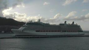 Statek wycieczkowy przyjeżdża w St Martin zbiory wideo