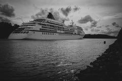 Statek wycieczkowy - strzał od plecy - czarny i biały fotografia royalty free