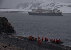 Statek wycieczkowy Wśród kawałów lód w Antarctica obrazy stock