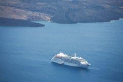 Statek wycieczkowy w błękitny morzu Obrazy Stock