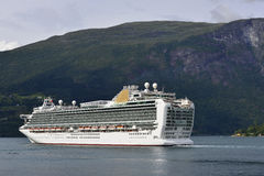 Statek wycieczkowy w fjord Obrazy Royalty Free