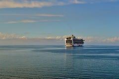 Statek wycieczkowy w odległości Zdjęcie Stock
