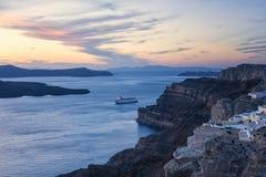 Statek Wycieczkowy w Santorini Grecja wokoło zmierzchu Obrazy Stock