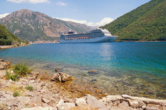 Statek wycieczkowy w zatoce Kotor, Montenegro Obraz Royalty Free