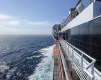 Statek wycieczkowy z portową stroną na oceanie Zdjęcia Stock