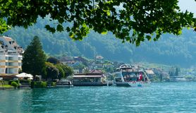 Statek wycieczkowy z turystami w mieście Weggis, Szwajcaria Obraz Royalty Free