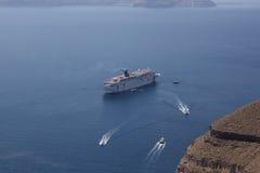 Statek wycieczkowy z wybrzeża Santorini Santorini - jeden m Zdjęcie Royalty Free