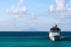 Statek Wycieczkowy z wyspą w tle Zdjęcie Stock