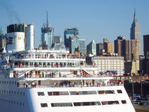 Statek wycieczkowy zakotwiczający przy środka miasta molem Zdjęcie Stock