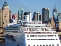 Statek wycieczkowy zakotwiczający przy środkiem miasta Zdjęcie Stock
