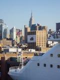 Statek wycieczkowy zakotwiczający przy środkiem miasta Manhattan Obrazy Royalty Free