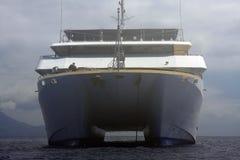 Statek wycieczkowy zakotwiczający w mgle Fotografia Royalty Free