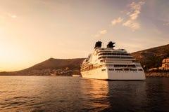 Statek wycieczkowy zakotwiczający w Adriatyckim morzu Obrazy Stock