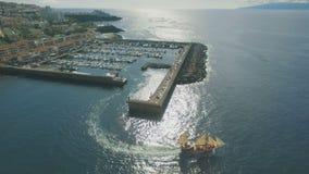 Statek z żaglami opuszcza port zdjęcie wideo