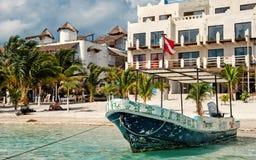 Statek z flagą na tropikalnej plaży, Costa majowie, Meksyk obraz royalty free