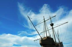 Statek z tajemniczą przyglądającą chmurą tworzy za nim obrazy stock