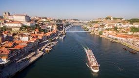 Statek z turystami blisko mostów dom Luis Ja, Porto, Portugalia, 17 2017 Maj Obraz Stock