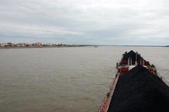 Statek z węglem przy Kolyma rzeczną pobliską wioską Obraz Royalty Free