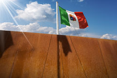 Statek z Włoską Nautyczną flaga na niebieskim niebie Fotografia Stock